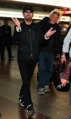 28.out.2013 - O músico Ringo Starr, famoso por ter sido baterista dos Beatles, desembarca no aeroporto de Guarulhos, em São Paulo. Ele está no Brasil para uma série de shows com a sua All Starr Band. Nesta terça-feira (29), Ringo se apresenta no Credicard Hall, na capital paulista