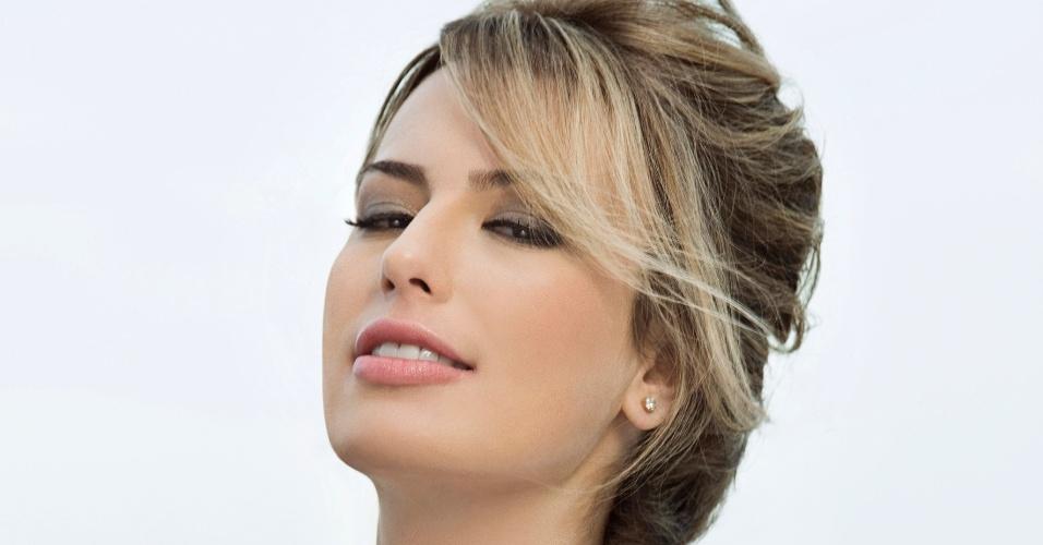 28.out.2013- A ex-BBB Fernanda Keulla posa com os cabelos presos para a campanha