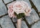 Pérolas, rendas e broches são sugestões de enfeite para o buquê de noiva - Divulgação/nadia d. photography