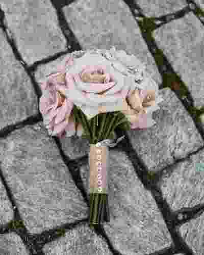 Buquê de flores rosas com haste amarrada por um voal rosa decorado com strass - Divulgação/nadia d. photography