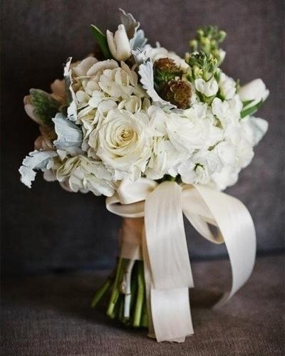 Buquê decorado com fita de cetim nude, combinando com o tom das flores