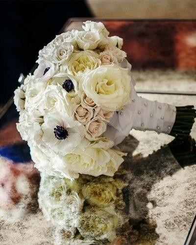 Buquê decorado com fita de cetim branca e micropérolas