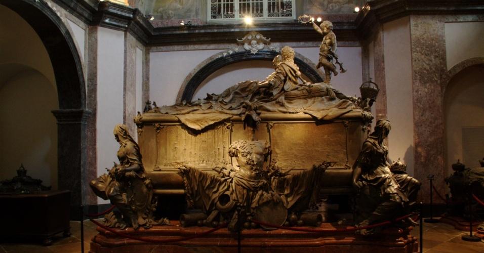 Conhecido como Cripta Imperial, este salão na Igreja dos Capuchinos guarda os restos mortais dos membros da dinastia dos Habsburgo e expõe seus caixões de metal com contornos detalhistas em uma espécie de corredor mórbido onde as peças ganham valores artísticos, como o sarcófago duplo de Maria Teresa da Áustria e seu marido, o imperador Francisco I, em Viena