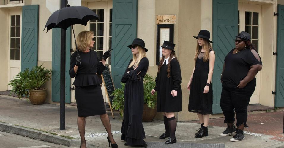 """Em """"American Horror Story - Coven"""", Fiona leva as jovens bruxas da escola de sua filha para uma vista à casa de Madame Lalaurie"""