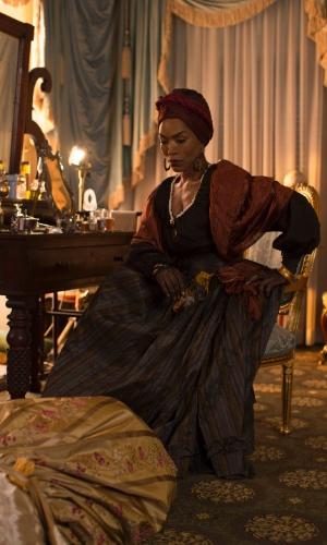 """Em """"American Horror Story - Coven"""", Marie Laveau é retratada como uma feiticeira vodu que aplica uma vingança sinistra em Madame Lalaurie, uma socialite que, na vida real, ficou conhecida como uma torturadora de escravos"""