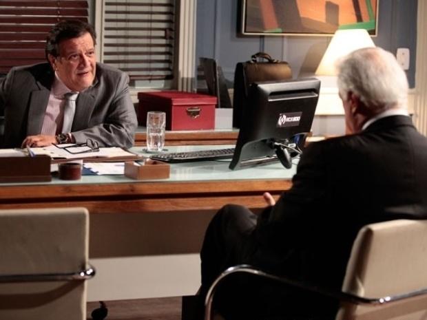 """Em """"Amor à Vida"""", César tenta subornar Atílio para escapar da prisão"""