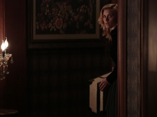 """Em """"Joia Rara"""", Iolanda foge da Mansão Hauser, mas é vista por Gertrude"""