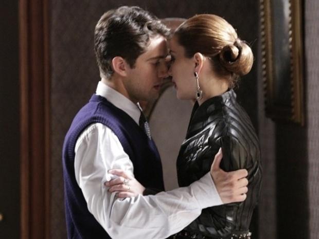 """Em """"Joia Rara"""", Manfred vê beijo de Viktor e Sílvia e finge estar chocado"""