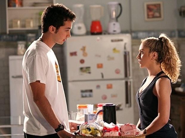 """Em """"Malhação"""", Meg vê declaração de Ben a Anita e tira satisfações com ele"""