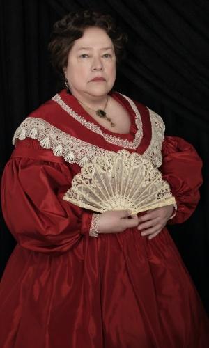 """Kathy Bates interpreta, em """"American Horror Story - Coven"""", Madame Lalaurie, uma socialite que entrou para a história de Nova Orleans como uma terrível torturadora de escravos"""