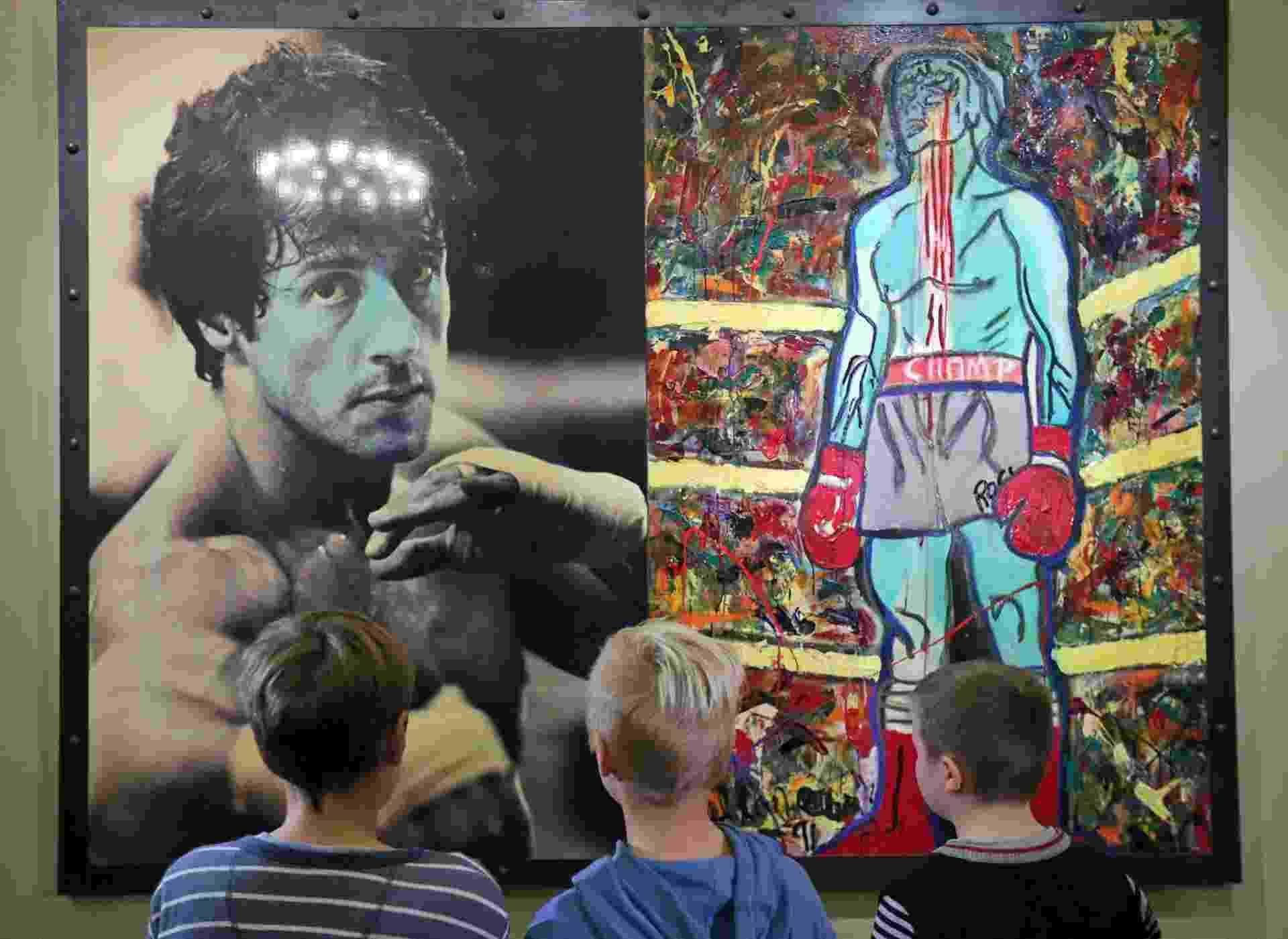 Sylvester Stallone expõe quadros expressionistas no museu de São Petersburgo - ANATOLY MALTSEV/EFE