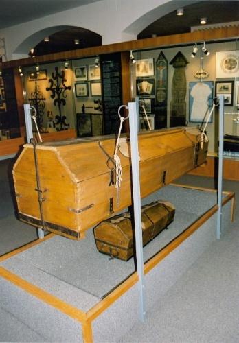Uma das curiosidades do Museu do Funeral de Viena é este caixão econômico criado a partir do decreto do Imperador Joseph II, em 1784 que obrigava a reutilização do caixão após o funeral, cujo fundo falso se abria para que o corpo do recém-falecido fosse jogado direto em uma sepultura