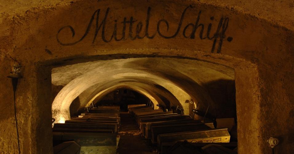 Vista de uma das salas da cripta da Michaelerkirche, igreja de Viena que guarda 210 caixões. O mais antigo é de 1589, com corpos em perfeito estado de conservação, muitos dos quais com as joias e roupas utilizadas no dia do velório