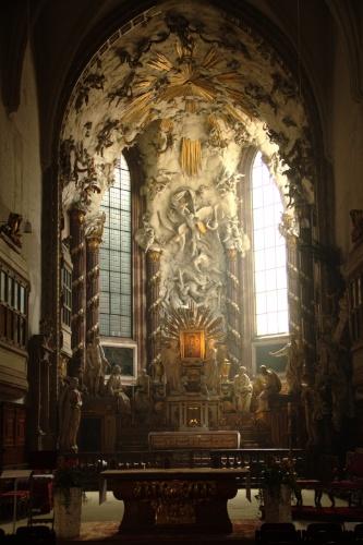 Vista do altar da Michaelerkirche, igreja de Viena que abriga em seu subterrâneo uma cripta com mais de 200 caixões, cuja peça mais antiga é de 1589
