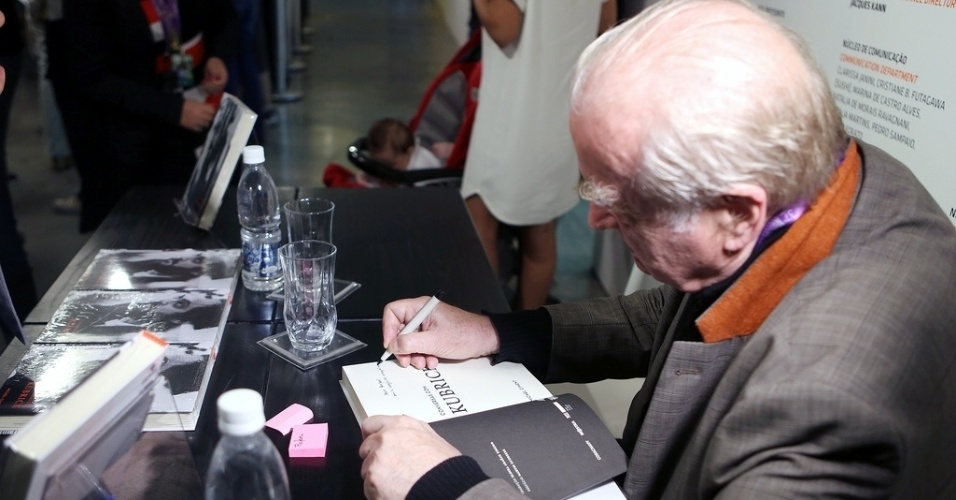 27.out.2013 - Michel Ciment autografa livros para o público do MIS