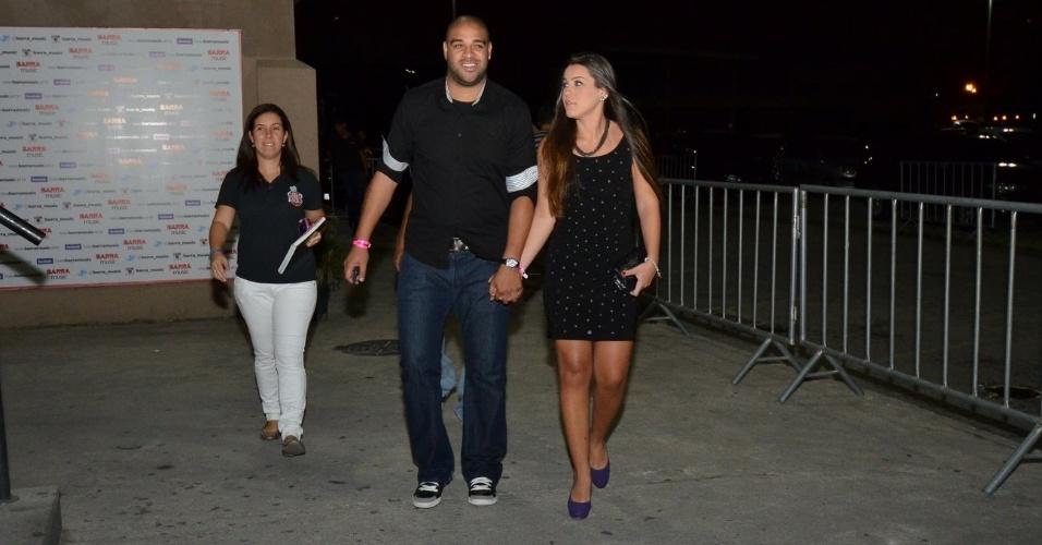 28.out.2013 - O jogador Adriano vai com a namorada Bruna a festa com shows de Belo e Turma do Pagode, no Barra Music, Rio de janeiro
