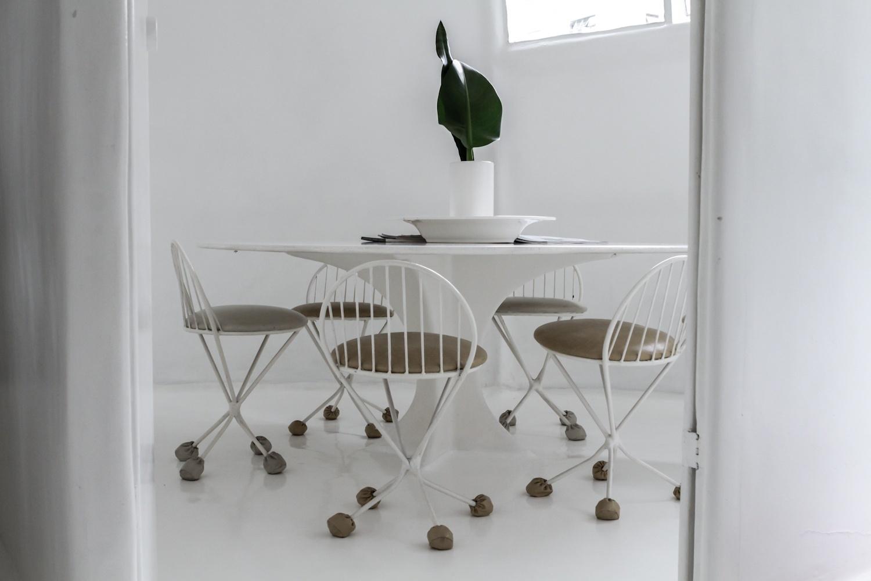 Na sala de jantar, localizada no terceiro piso da Casa Bola, de Eduardo Longo, a mesa faz parte da estrutura da construção. As cadeiras são de metal. Todos os móveis foram desenhados pelo arquiteto