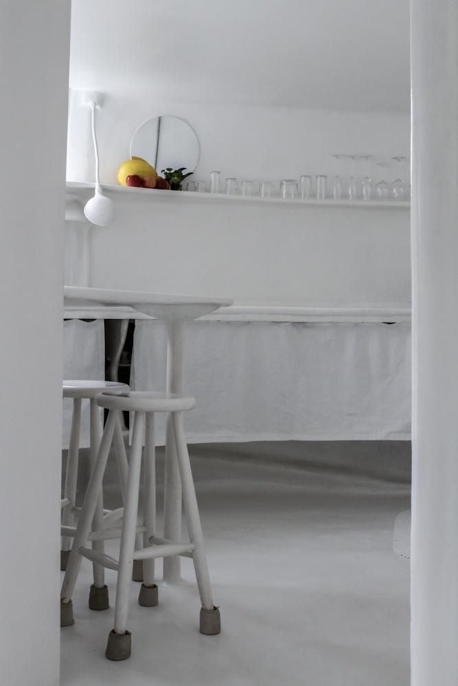 Por dentro, o bege original - usado a fim de mimetizar a pele de seus moradores - foi substituído pelo branco. Na imagem, a cozinha da Casa Bola, projeto de Eduardo Longo