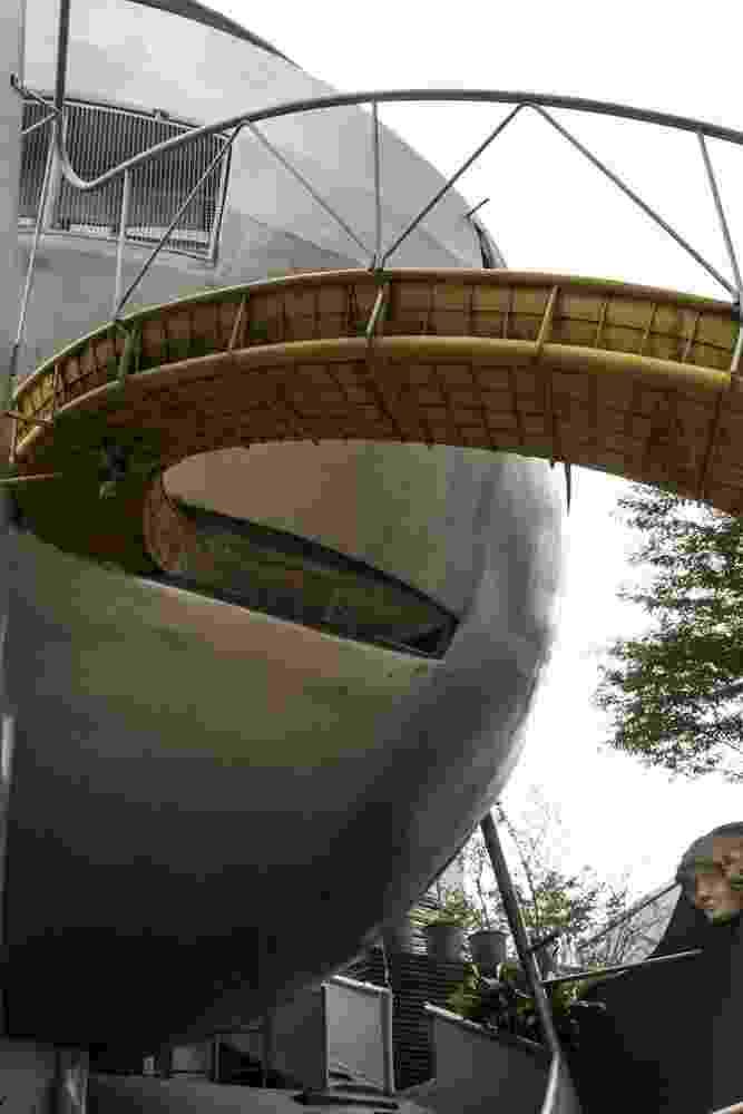 Em uma movimentada esquina da avenida Brigadeiro Faria Lima, em São Paulo, uma construção incomum chama a atenção de quem passa: a Casa Bola, do arquiteto Eduardo Longo. A obra data dos anos 1970 e é estruturada em ferrocimento. Na foto, escorregador/ jardim/ chafariz localizado na parte externa da residência - Leandro Moraes/ UOL