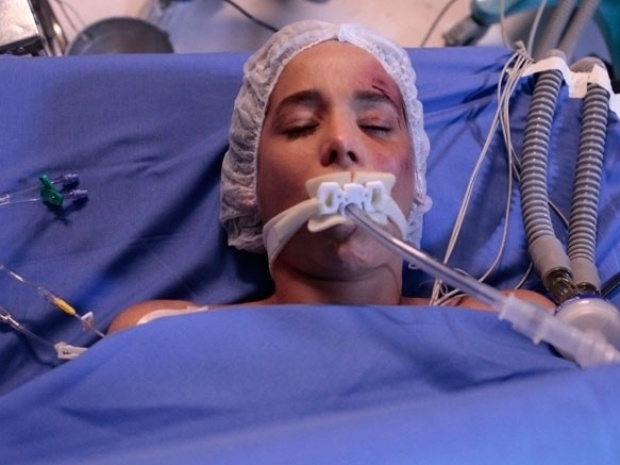 """Em """"Amor à Vida"""", Amarilys é atendida às pressas no hospital após acidente"""