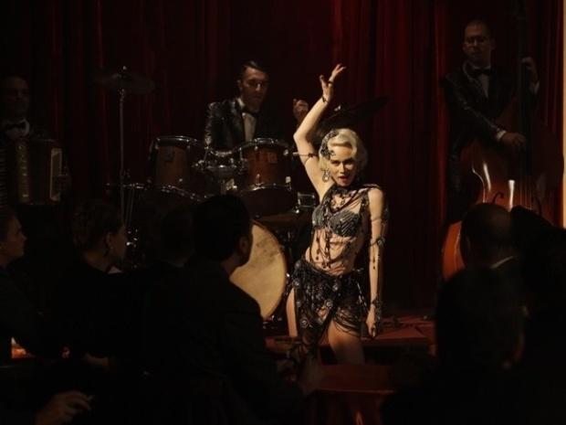"""Em """"Joia Rara"""", Aurora impressiona o público em sua primeira apresentação no cabaré"""