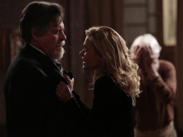 """Em """"Joia Rara"""", Ernest descobre fuga de Iolanda e a tranca na mansão"""