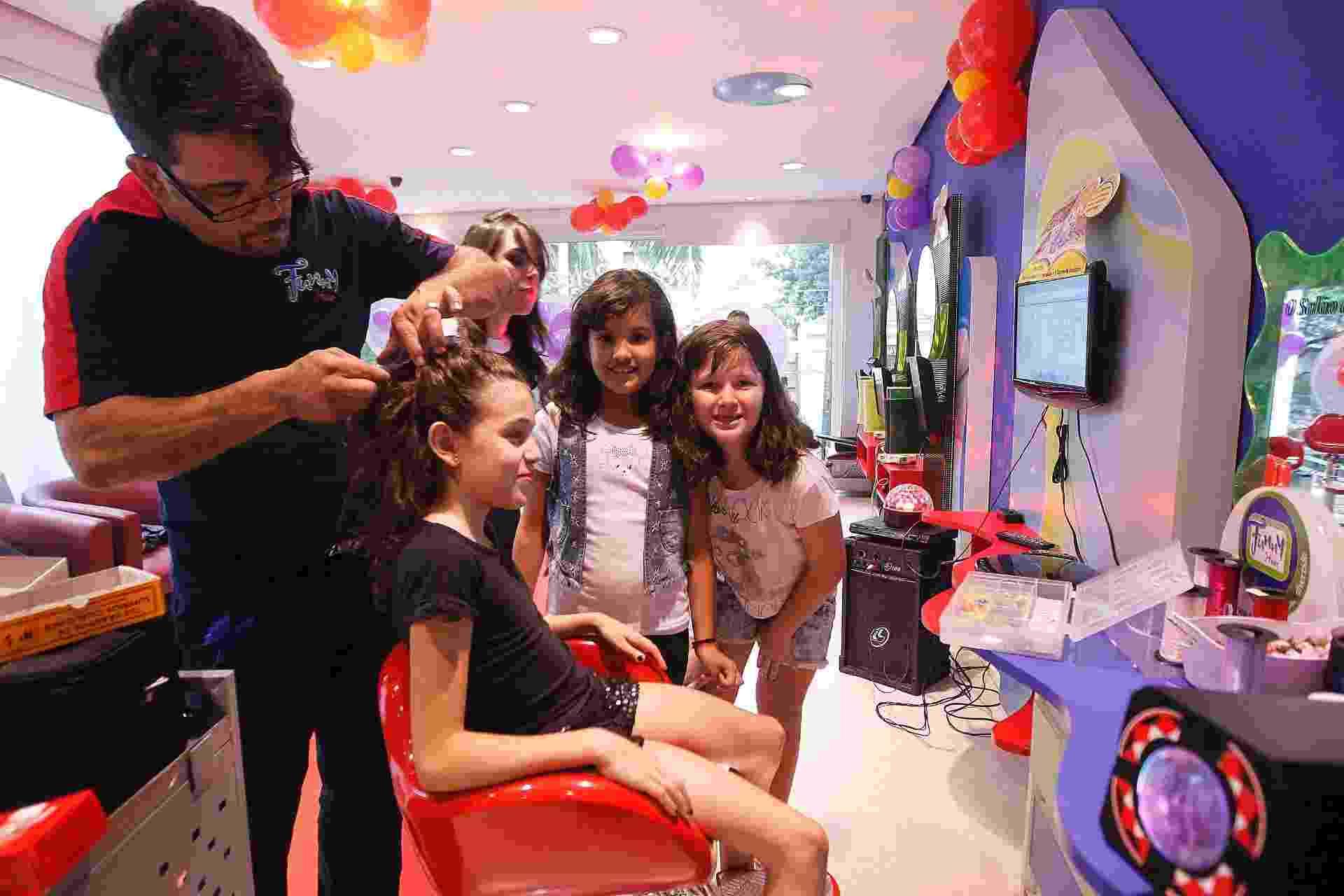 Festa de aniversário de Rebecca Vera Garcia no salão infantil Funny Hair, em Moema. A aniversariante recebeu sete amigas. Elas fizeram cabelo, unha e maquiagem - Reinaldo Canato/UOL