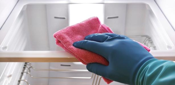 Faça a limpeza da geladeira usando sempre uma esponja ou pano macio para evitar riscos nas superfícies  - Getty Images