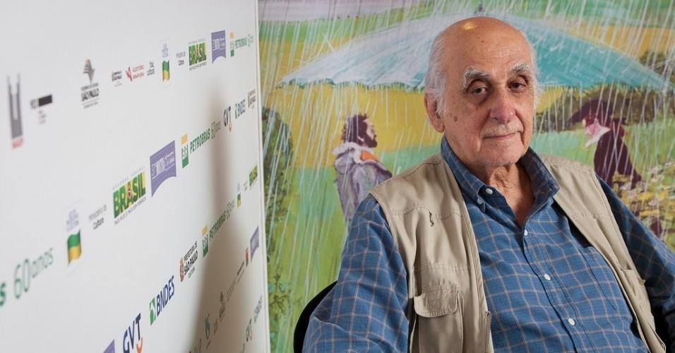 28.out.2013 - O escritor e jornalista Zuenir Ventura posa para fotos no lounge da Mostra de São Paulo