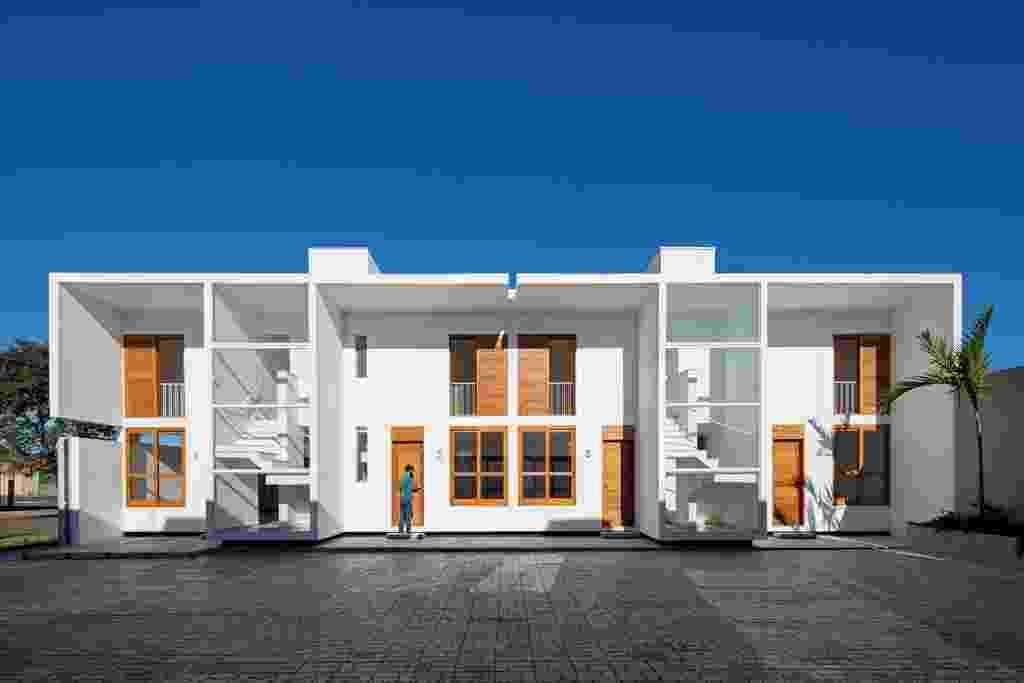"""[VENCEDOR] O Melhor da Arquitetura 2013 - categoria """"Condomínios Residenciais - horizontais ou verticais"""": Casas AV - Corsi Hirano Arquitetos. A implantação das oito unidades no terreno com 640 m² no interior de São Paulo, em Avaré, determinou um pátio central coletivo, pensado para valorizar o convívio entre os moradores. Compactas, as casas foram articuladas duas a duas a partir de núcleos que abrigam as instalações e escadas. O uso de concreto armado e lajes pré-fabricadas tornou a obra mais rápida - Leonardo Finotti/ Divulgação"""