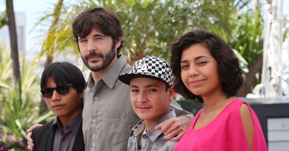 15.mai.2013 - O ator Rodolfo Domínguez, o diretor Diego Quemada-Díez, o ator Brandon López e a atriz Karen Martínez durante sessão de fotos de