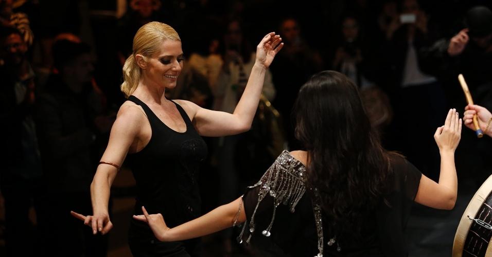 30.out.2013 - A atriz Letícia Spiller subiu na passarela do desfile da Cavalera e arriscou passos de dança de ventre
