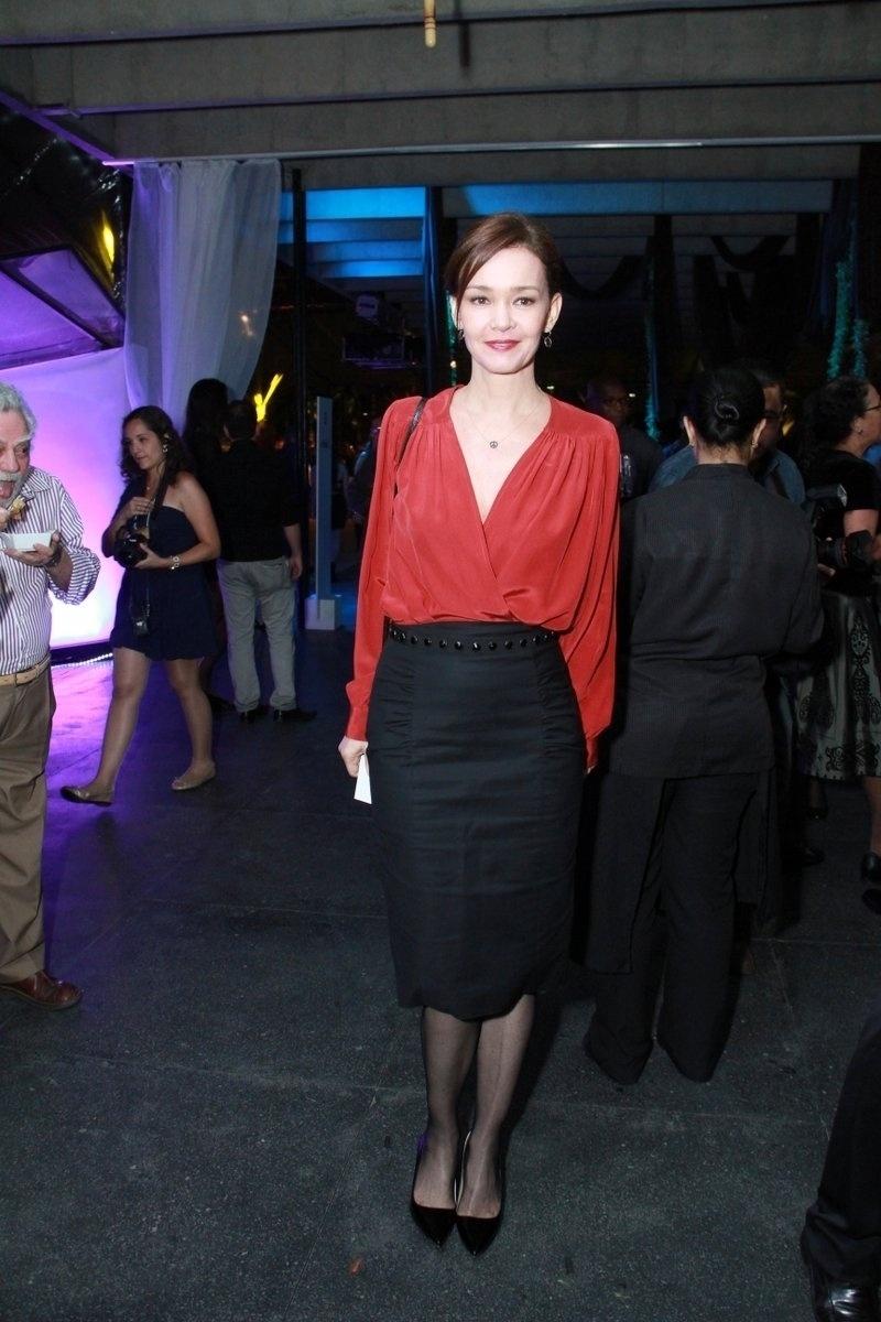 30.out.2013- Júlia Lemmertz foi uma das primeira a chegar à festa na noite desta quarta-feira no Museu de Arte Moderna (MAM), no Rio de Janeiro