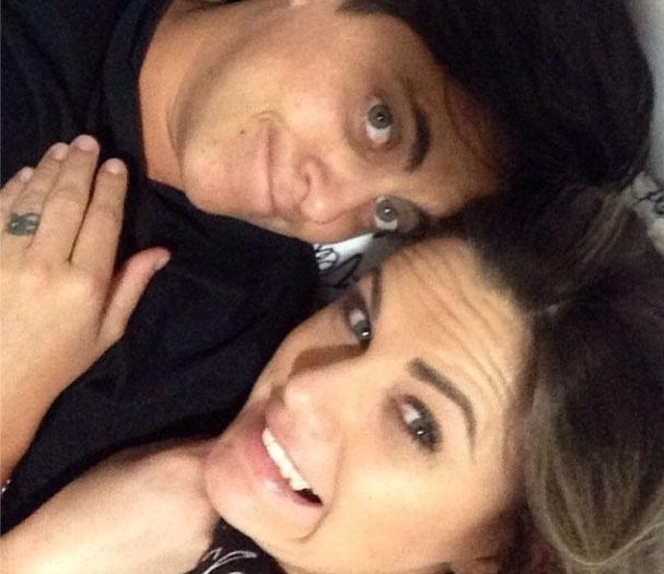 """30.out.2013- Thammy Miranda ganha declaração de amor da namorada, Nilceia Oliveira: """"E quanto mais o tempo passa com você ao meu lado, mais eu descubro o quanto te amo! Nosso amor é forte, foi construído na rocha e nada, nem um vento contrário irá destruir! #teamovida #soufelizcomvc #obrigadosenhor"""" , escreveu ela na legenda da foto no Instagram"""