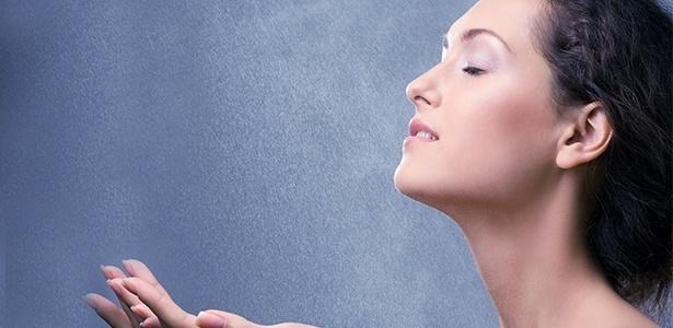 Uma leve bruma de água termal revitaliza a pele na hora - Thinkstock