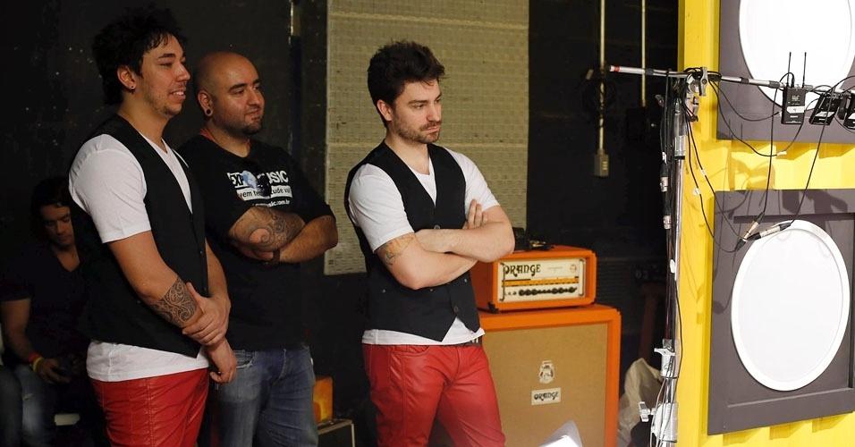 """Com roupas iguais as de Fiuk, músicos do """"Coletivation"""" aguardam o momento em que irão entrar em cena"""