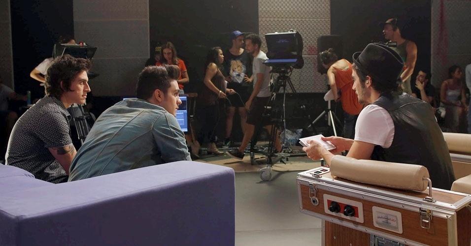Fiuk e Patrick Maia conversam com Luan Santana no