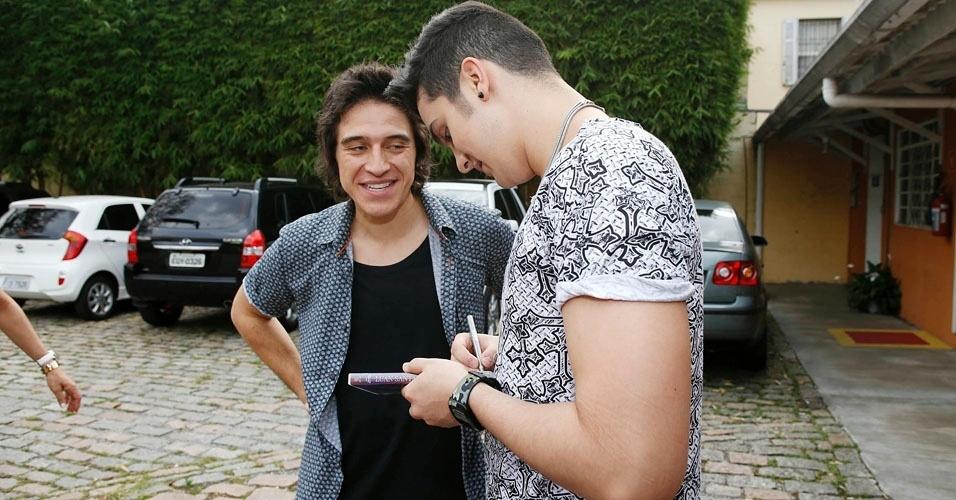 """Após o fim da gravação do """"Coletivation"""", Patrick Maia pede para Luan Santana autografar o DVD de sua prima de 13 anos, que é fã do cantor"""