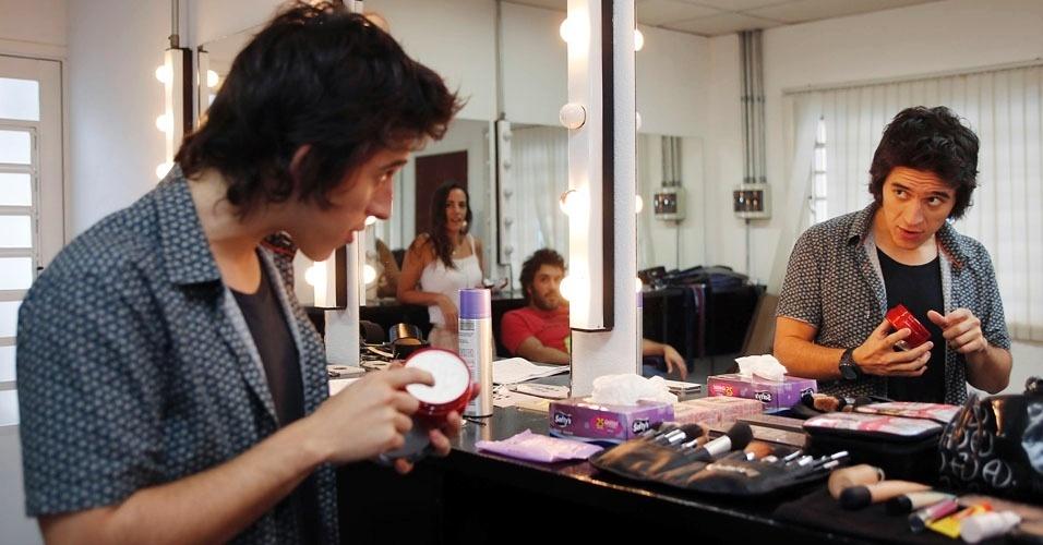 """No camarim do """"Coletivation"""", o humorista e apresentador Patrick Maia usa pomada para arrumar os cabelos"""