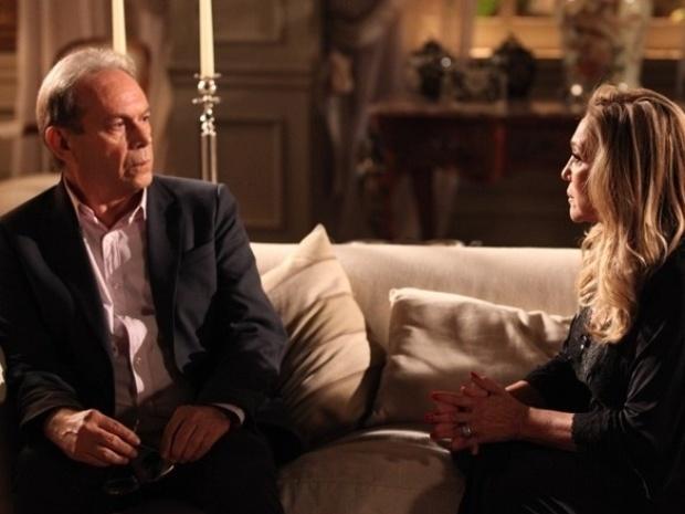 """Em """"Amor à Vida"""", Herbert se desespera ao ouvir que seria pai de Gina e procura Pilar para desabafar"""