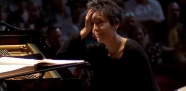 As imagens mostram Maria João Pires com a mão no rosto, sem saber como começar a tocar - Reprodução