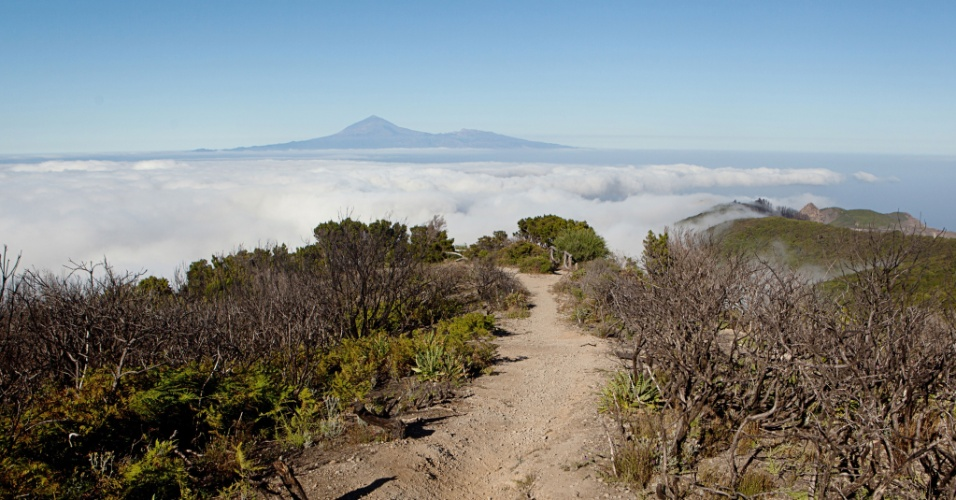 Vista da ilha de Tenerife a partir de área atingida pelo fogo no Parque Nacional de Garajonay, nas Ilhas Canárias