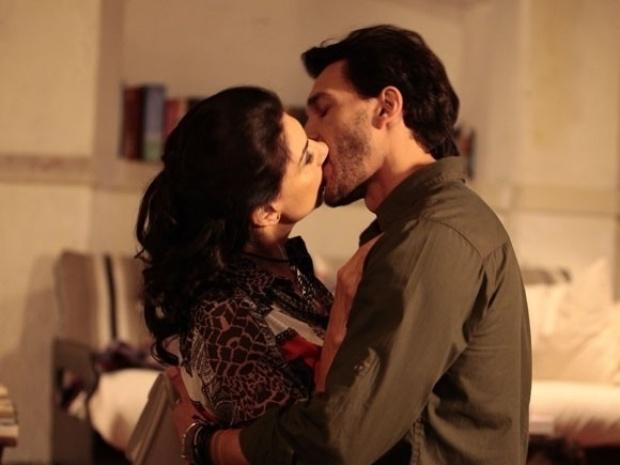 """Em """"Amor à Vida"""", Vivian e Valentin se beijam"""