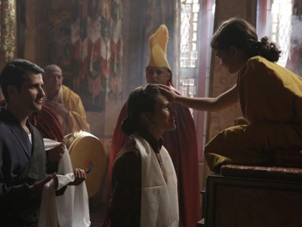 """Em """"Joia Rara"""", Pérola aparece caracterizada com trajes budistas"""
