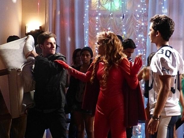 """Em """"Malhação"""", Ben e Martin brigam por causa de Anita em meio à festa"""