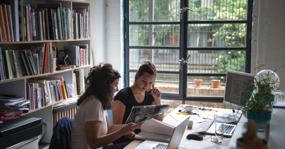 O Mill Co. Project é um coletivo em De Beauvoir que oferece a artistas locais aluguéis de estúdio e espaço de exibição a preços acessíveis em dois prédios do bairro de Londres