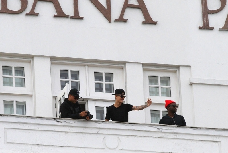 1.nov.2013 - Da sacada do Copacabana Palace, no Rio, Justin Bieber filmou os fãs que se aglomeraram no local