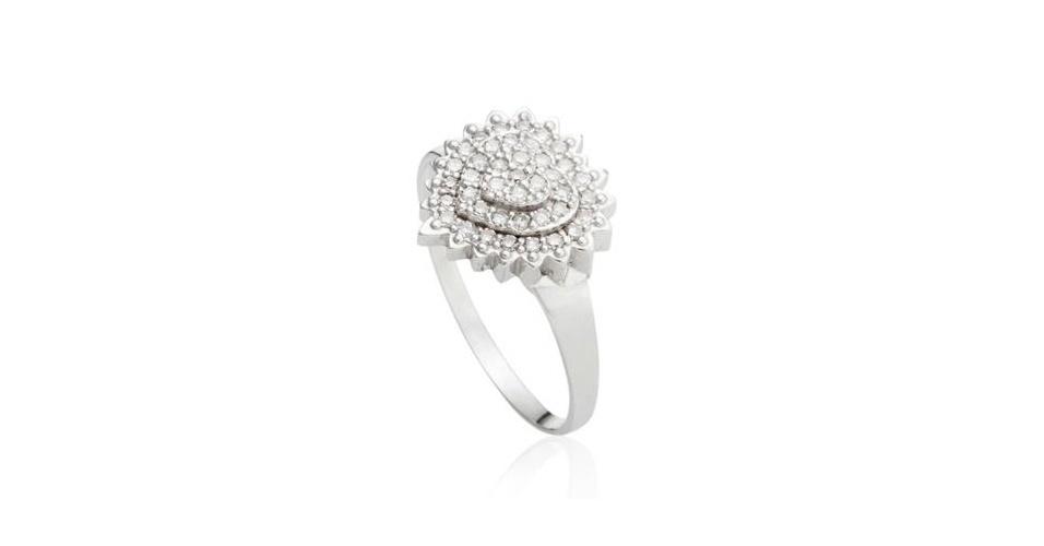 Anel de ouro branco e diamantes em formato de coração; da Vivara (www.vivara.com.br), por R$ 3.350. Preço e disponibilidade pesquisados em novembro de 2013 e sujeitos a alteração
