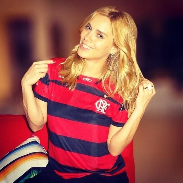 Carolina Dieckmann não esconde sua paixão pelo Flamengo