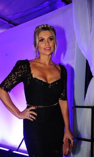 Flávia Alessandra vai à festa de lançamento de